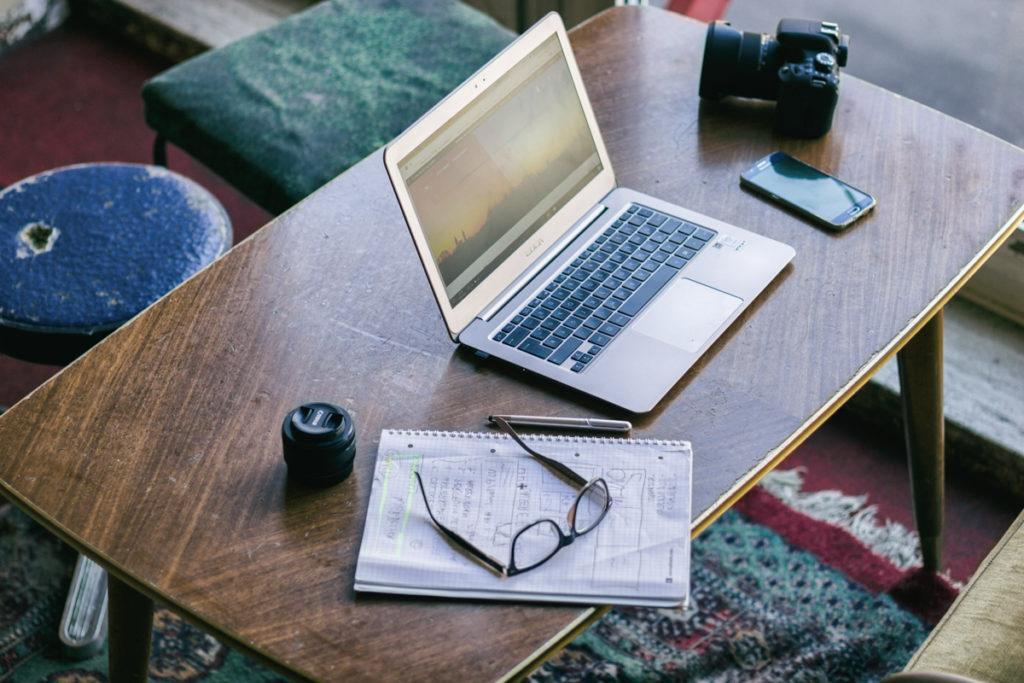 Ein Laptop, auf dem Webdesign gezeigt wird