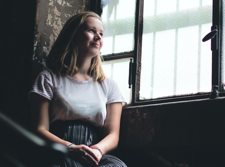 Indoor Porträtfoto eines Models im Fensterlicht
