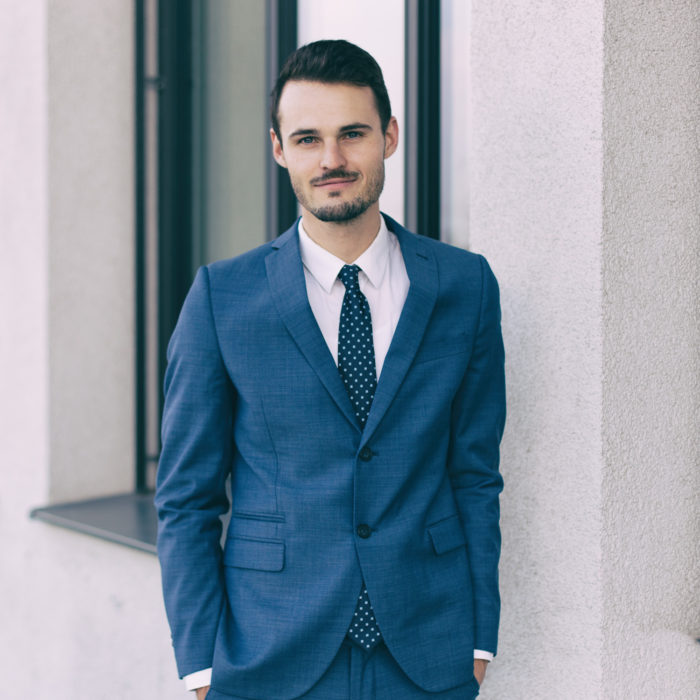 Outdoor Businessfoto eines jungen Manns im Anzug in München
