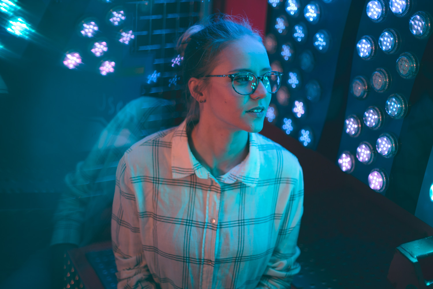 Model in Neon Licht im Stil von Brandon Woelfel