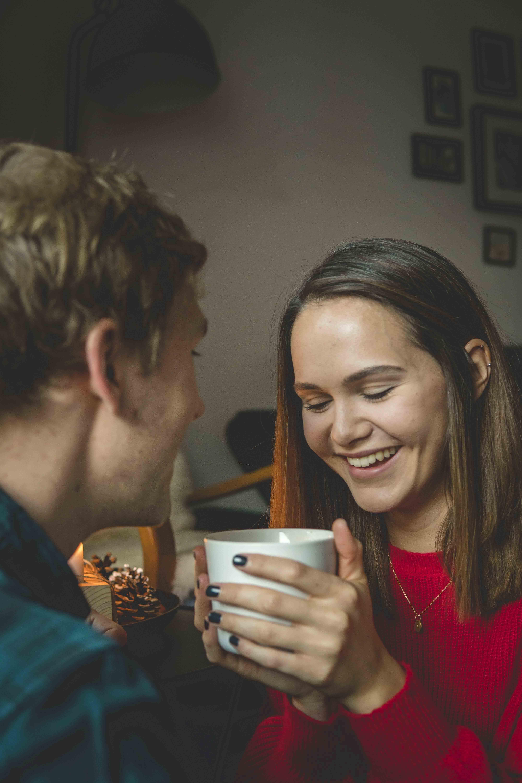 Junge Frau mit einer Tasse Kaffee und ihrem Freund