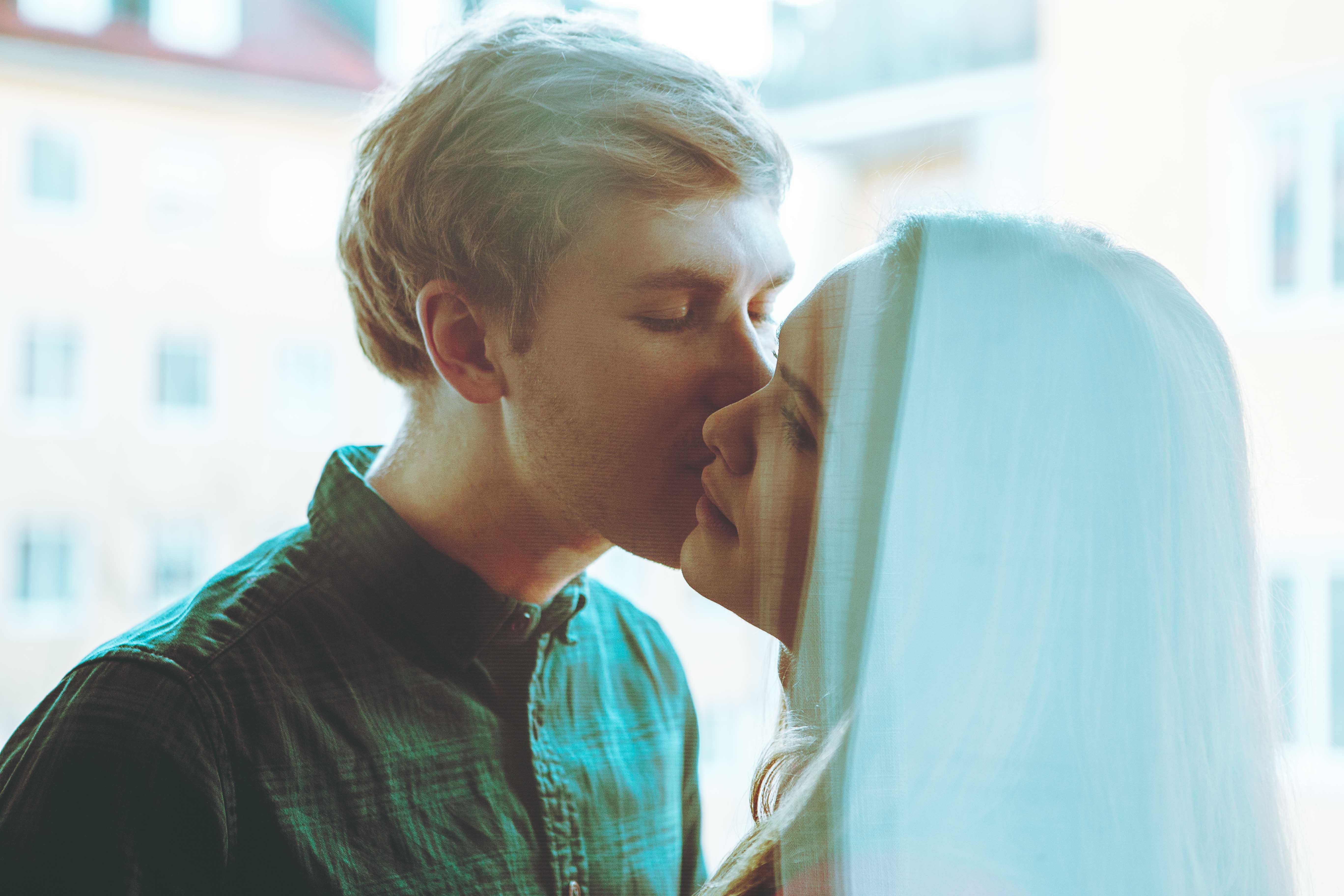 Mann küsst Frau - Paarfoto in Muenchen