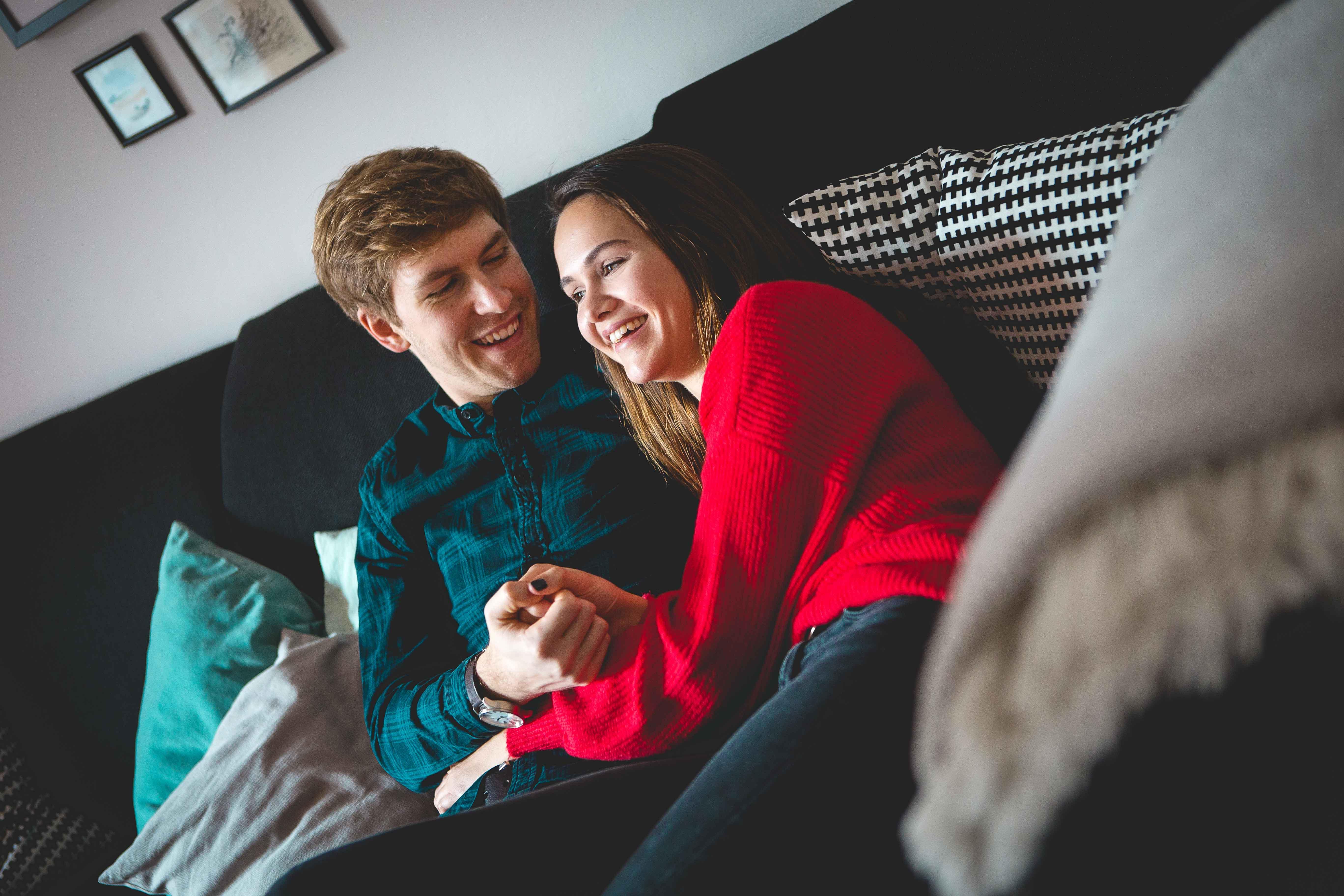 Paar auf der Couch beim Paarshooting