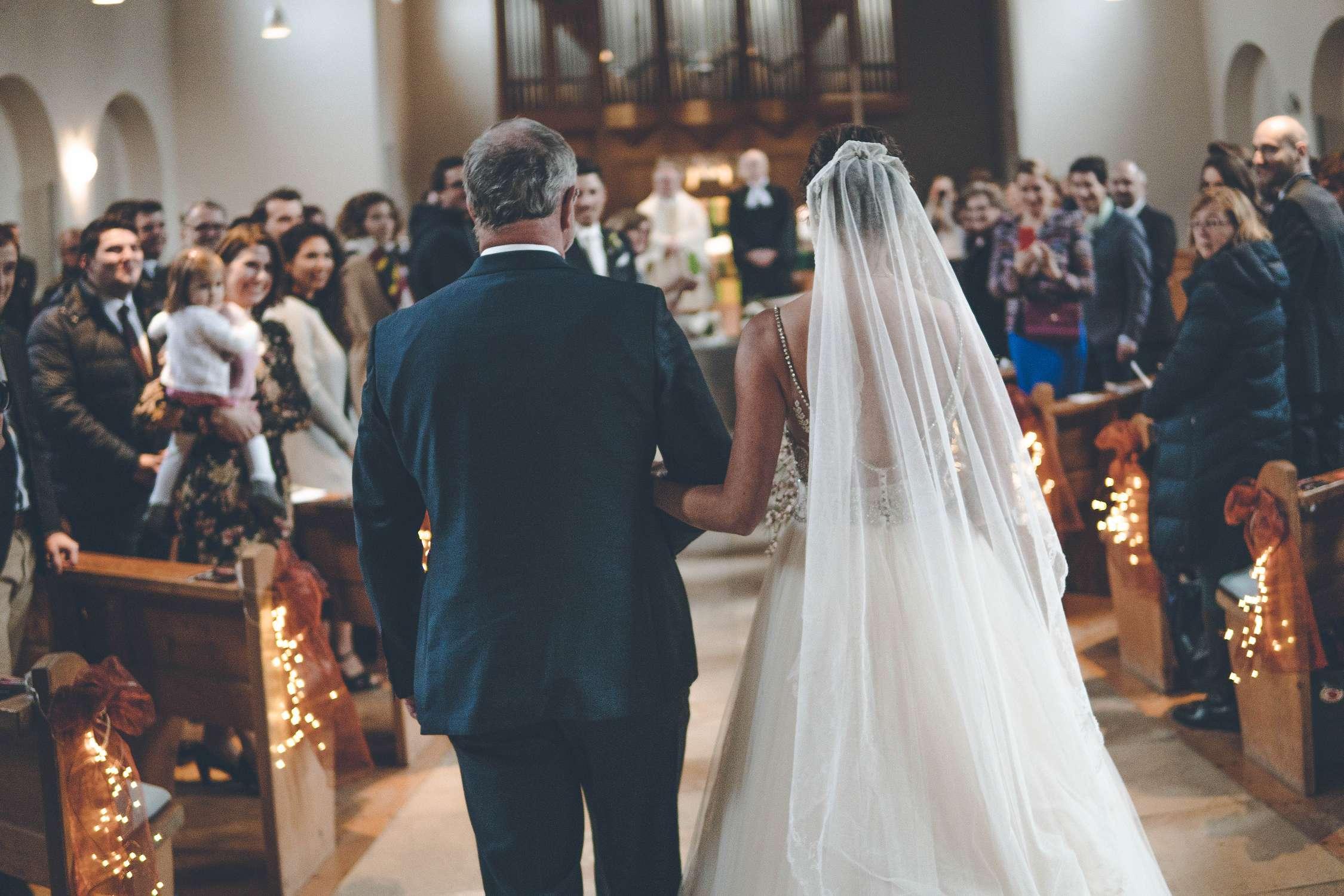 Vater führt Braut in die Kirche