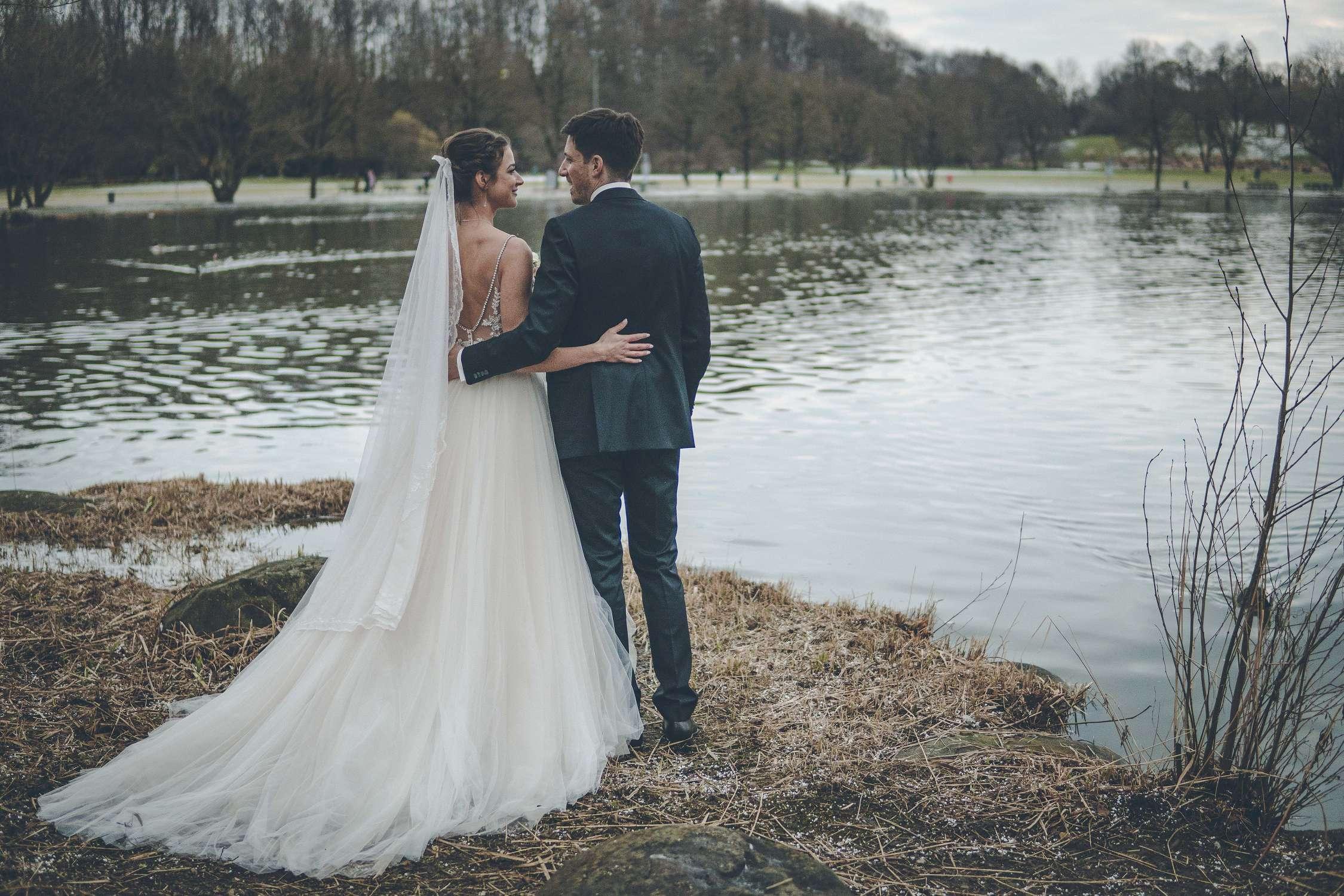 Ein Hochzeitspaar im Westpark