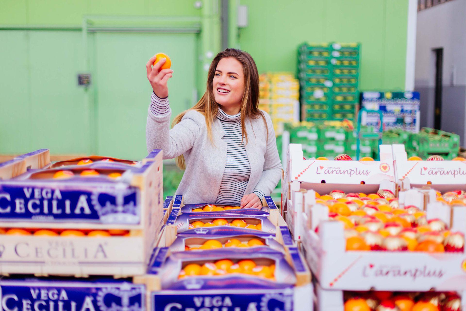 Frau beim Orangen einkaufen