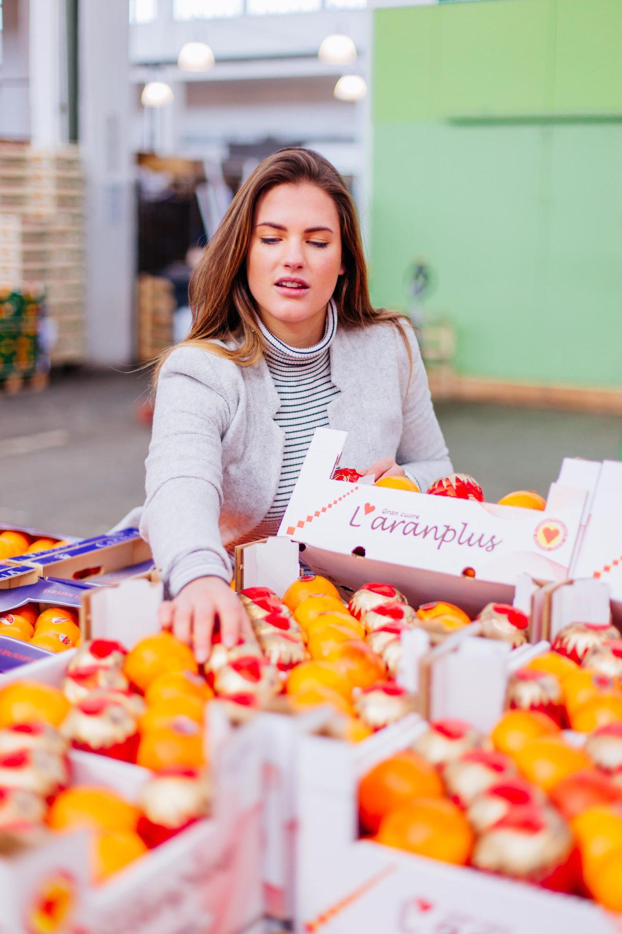 Frau beim Mandarinen einkaufen