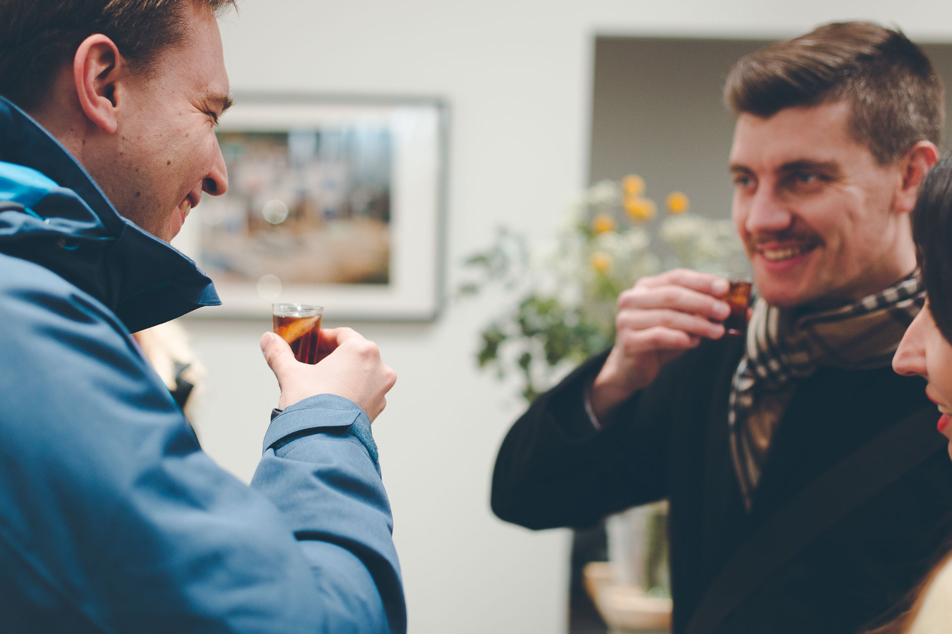 Event Foto von zwei Besuchern, die sich mit Wermut zuprosten und probieren