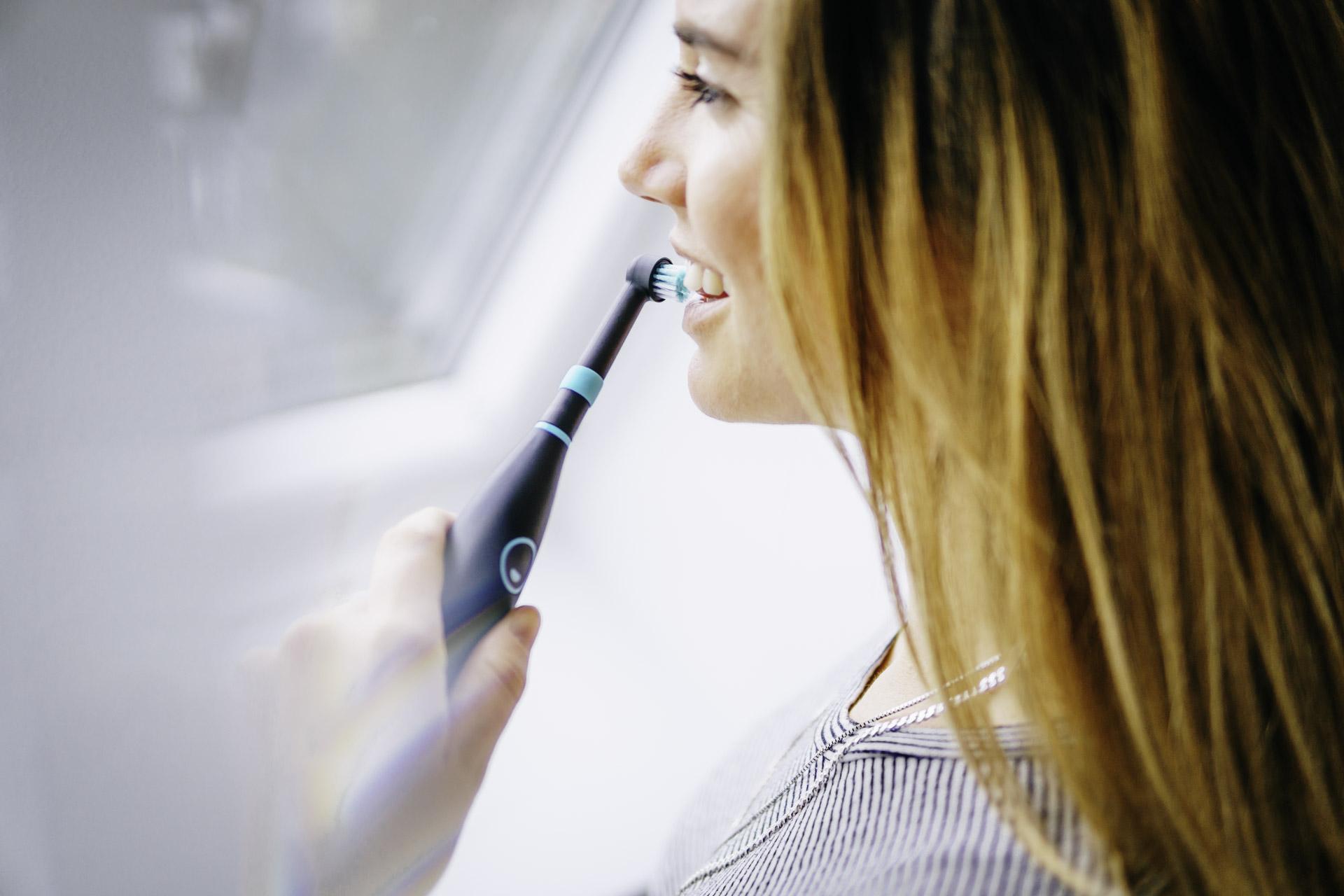 Natürliches Produktfoto von Zahnbürste elektrisch eines Münchener Startups mit Frauen Model