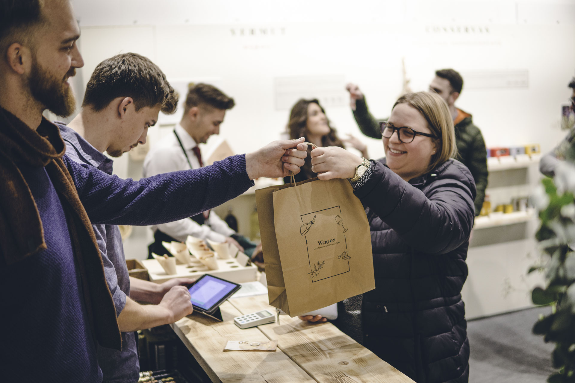 Glücklicher Kunde nimmt Tüte entgegen auf Pop Up Event in München