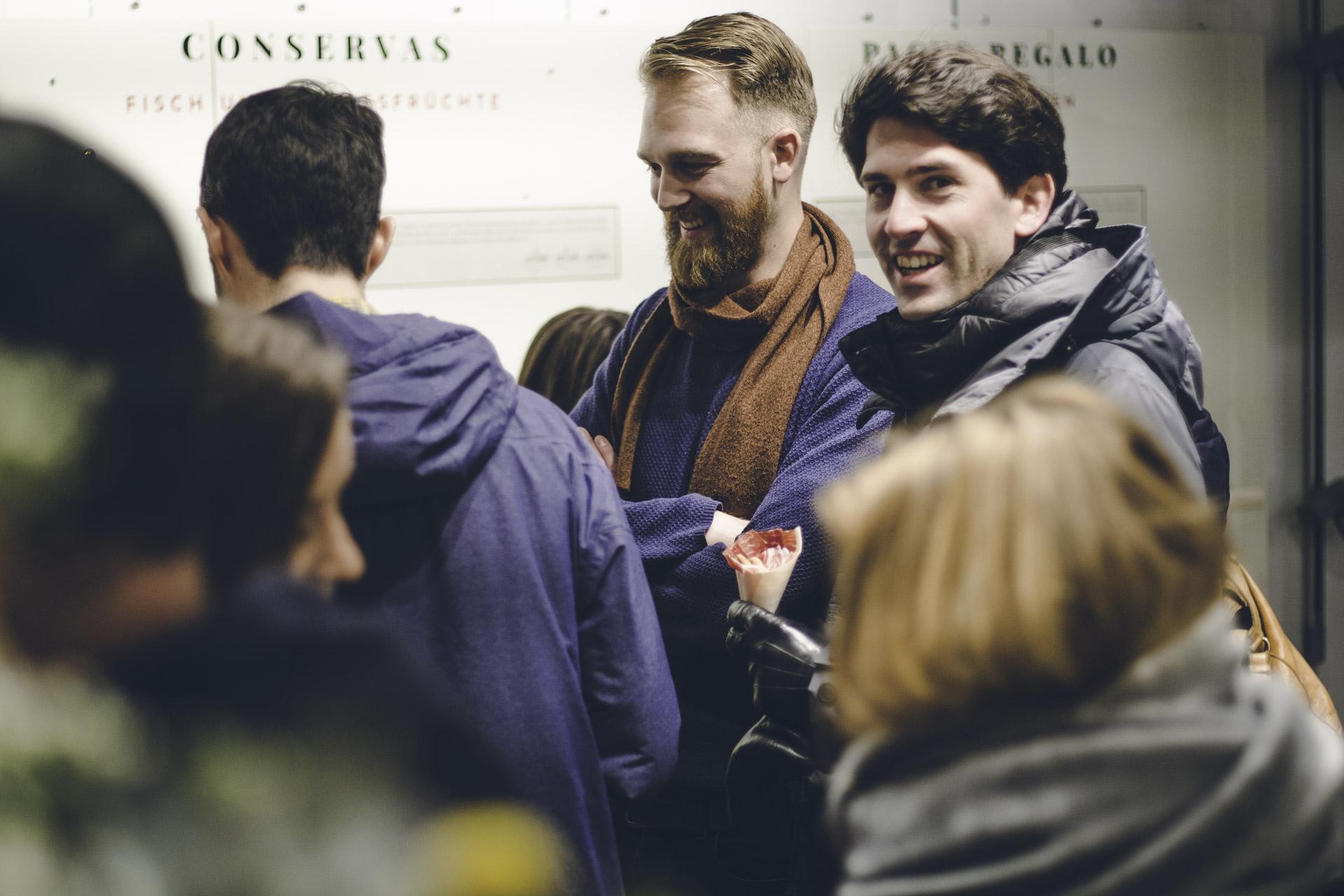 Eventfoto von lachenden Menschen in WInterklamotten in MÜnchen