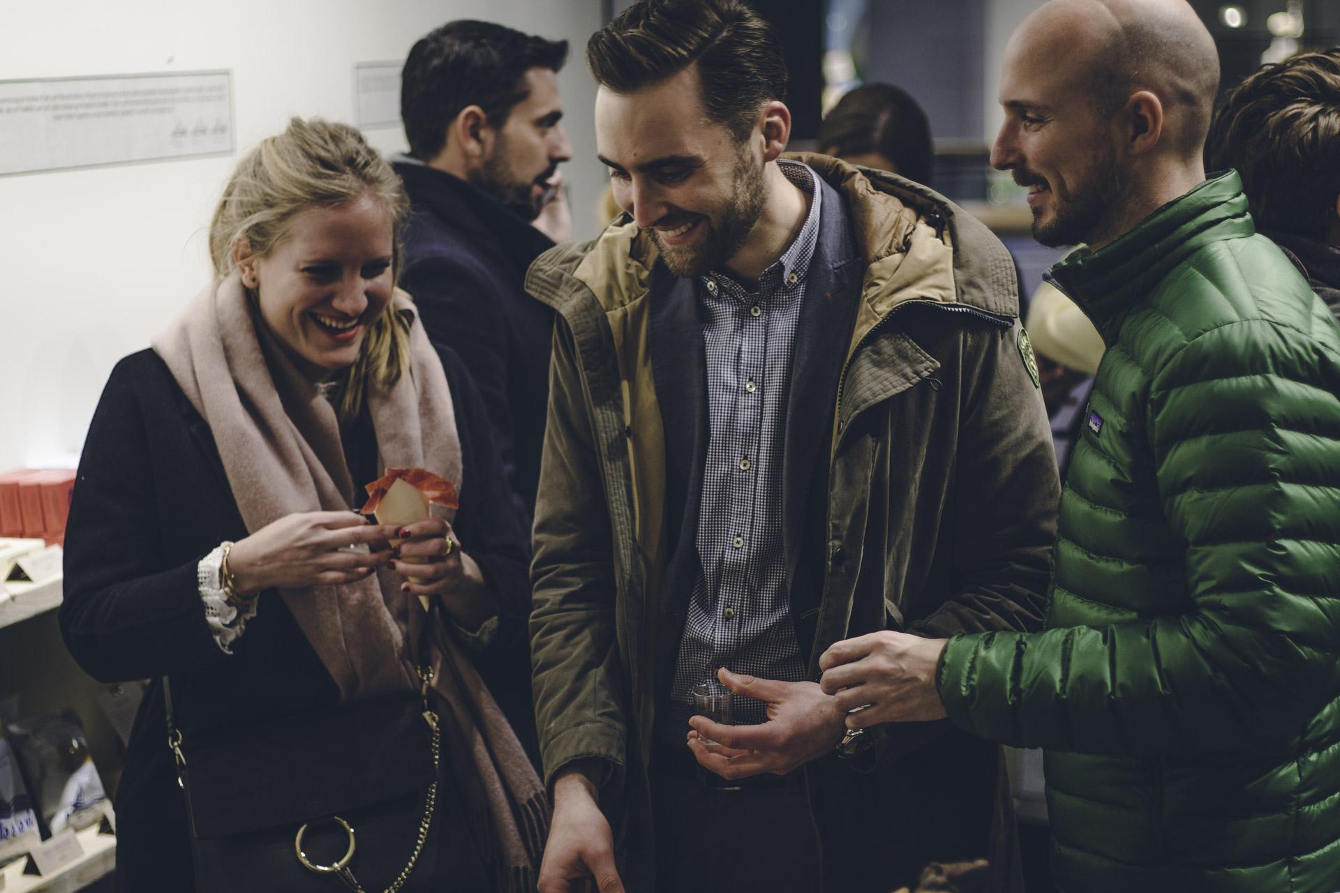 Eventfoto von einer Gruppe Menschen bei einer Party