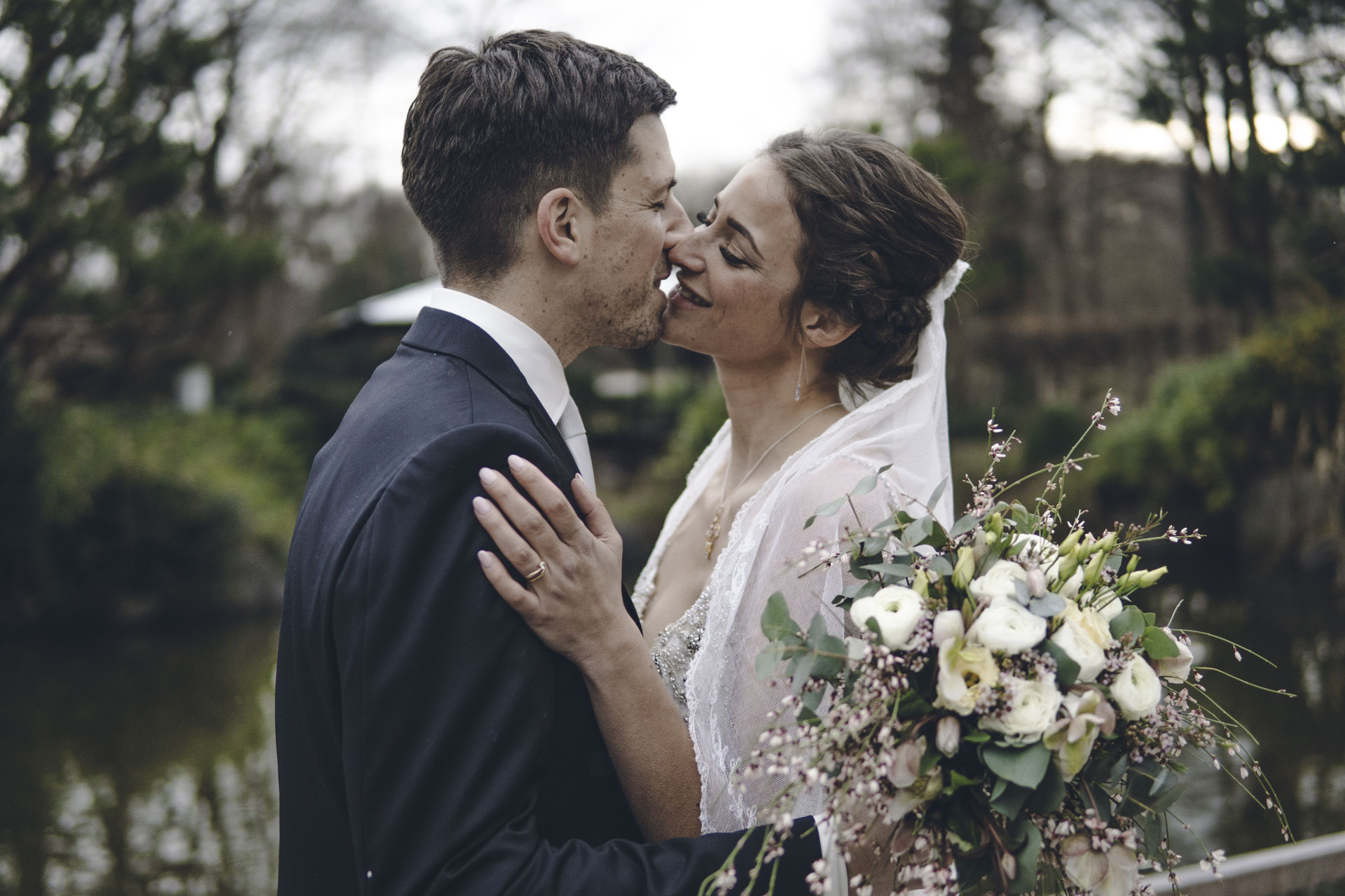 Bräutigam und Braut Shooting im Münchner Westpark die sich küssen