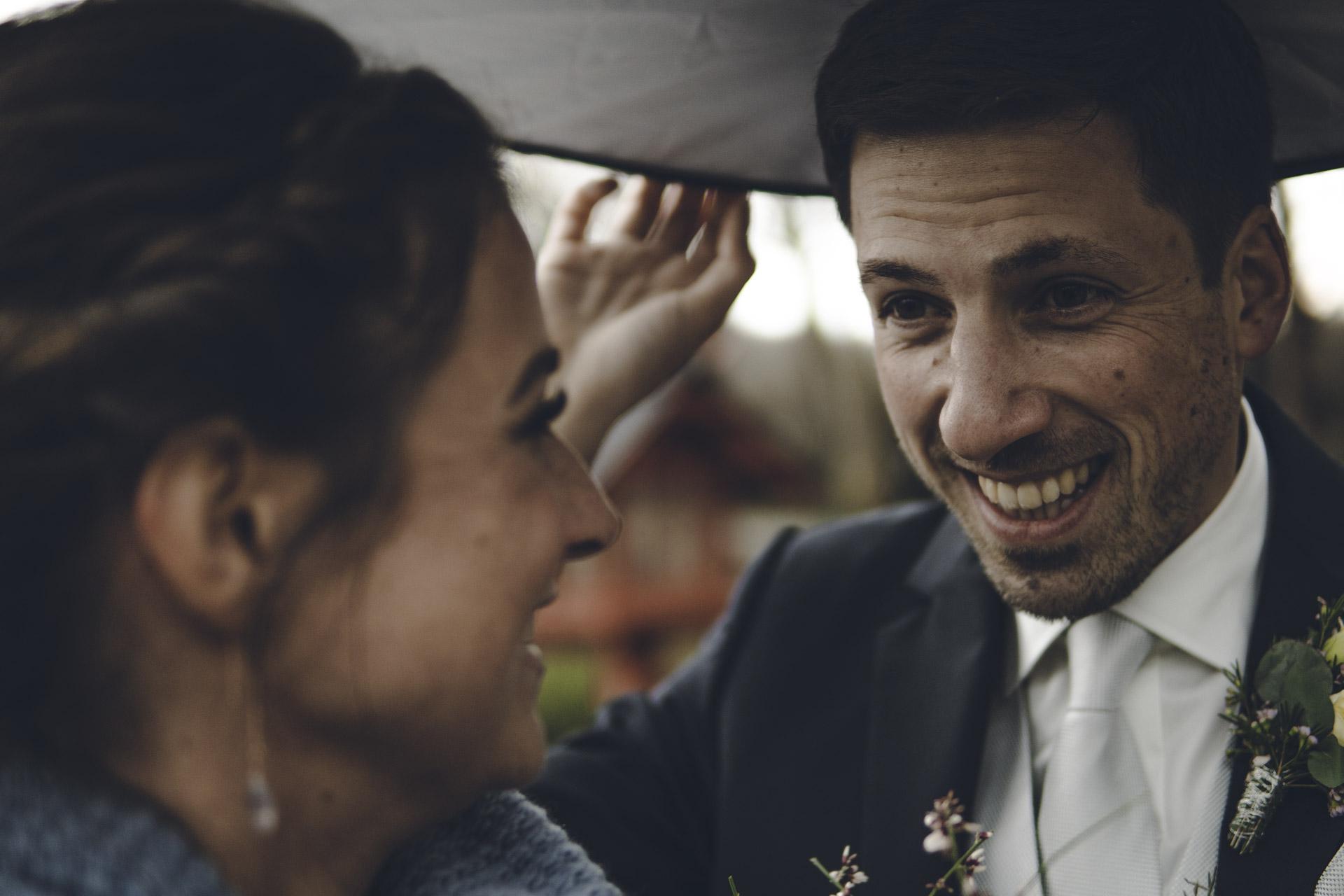 Hochzeit Shooting in München mit glücklichen Brautpaar und Brautstrauß im Winter