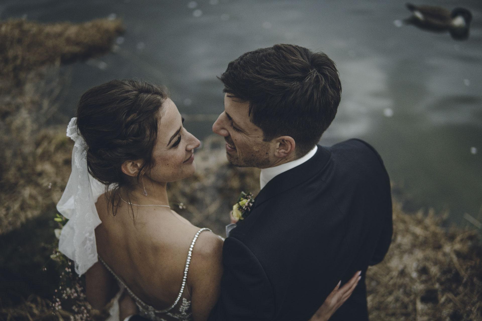 Hochzeit Brautpaar posiert vor See in München