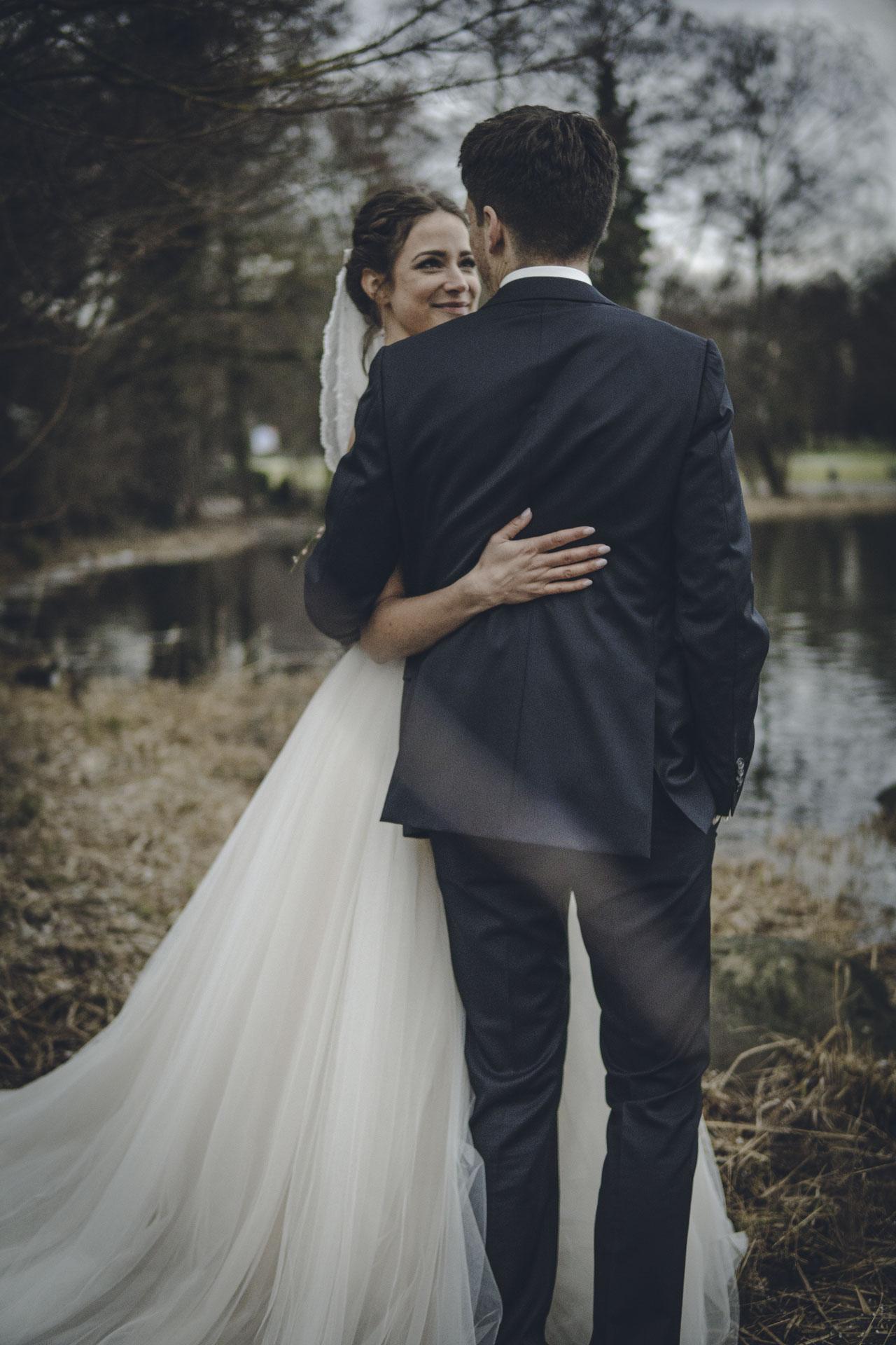 Brautpaar umarmt sich für Hochzeitsshooting in München