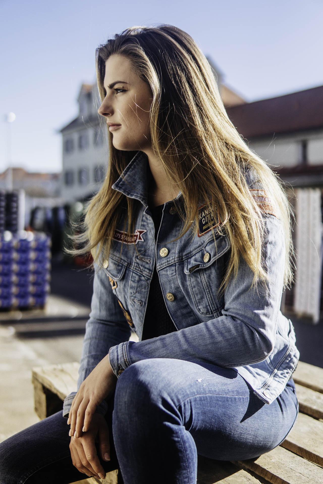 Münchener Model in Jeans Jacke sitzt in der Sonne