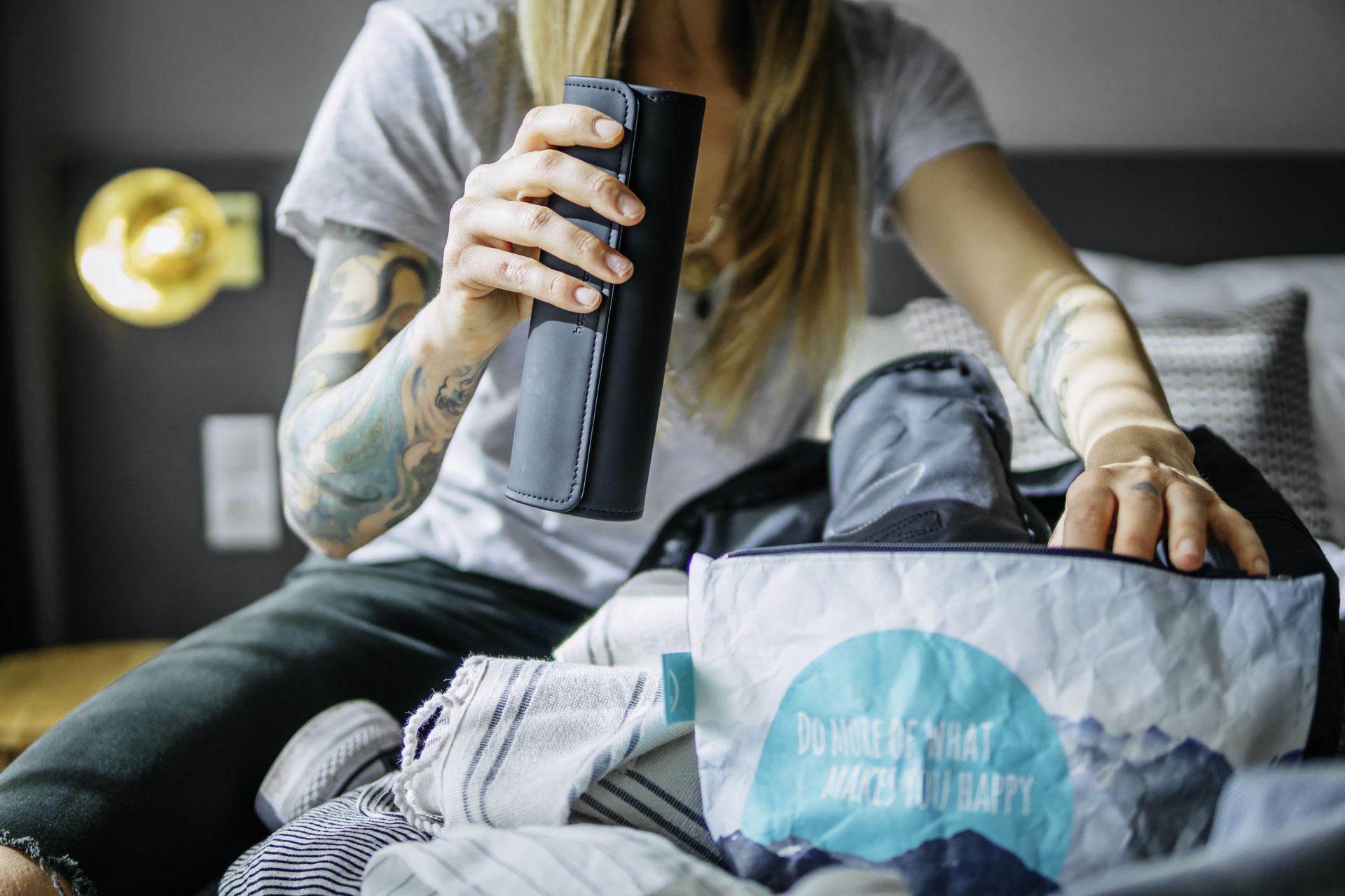 Natürliches Produktfoto von Zahnbürste elektrisch eines Münchener Startups mit Frauen Model im Lifestyle Motto