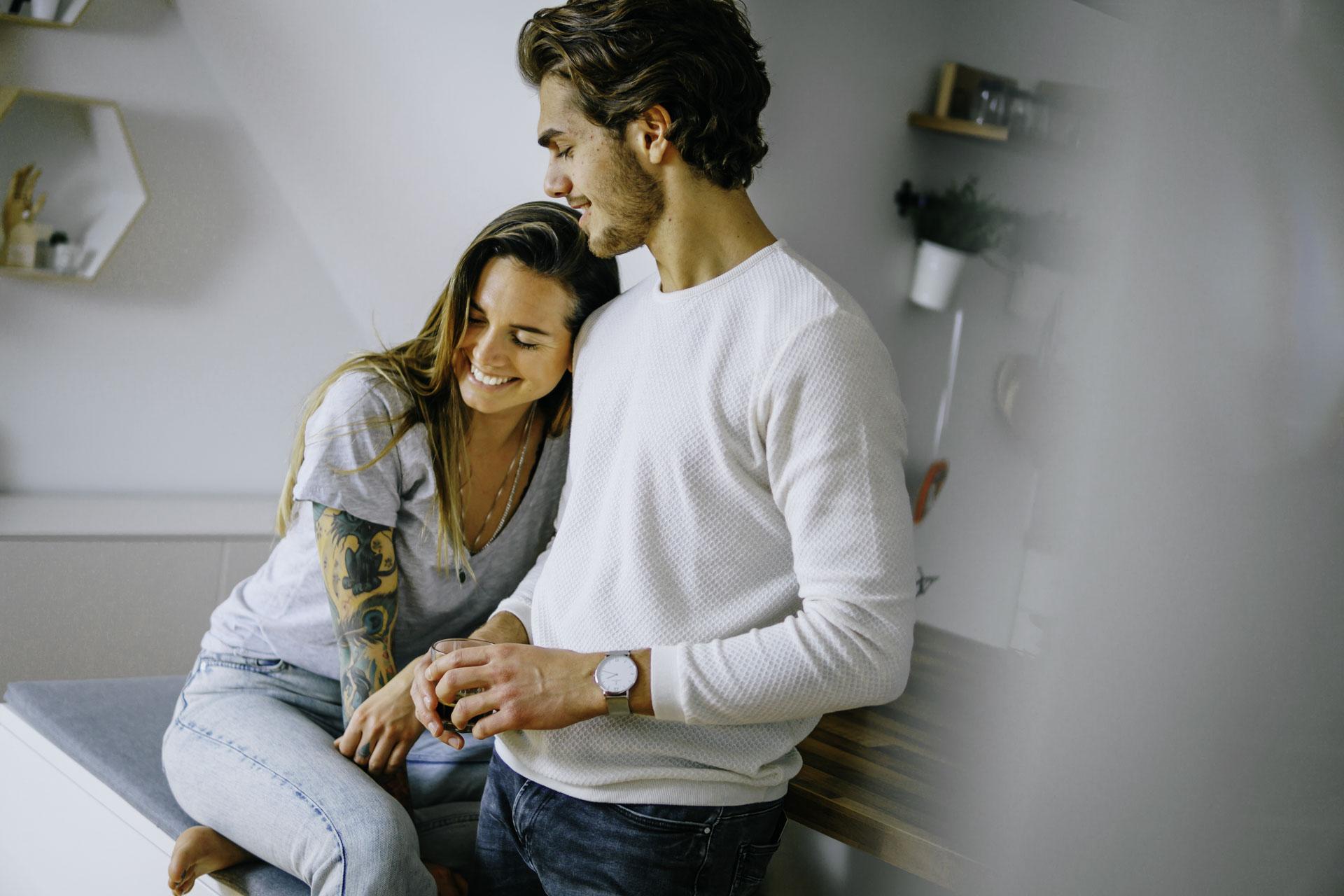 Couple Shots mit einem jungen Paar am Küchentisch