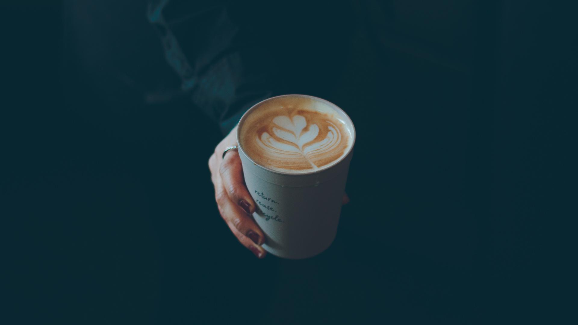 Produktfoto eines Recups mit Cappucino im Kaffeehaus Rosi in München