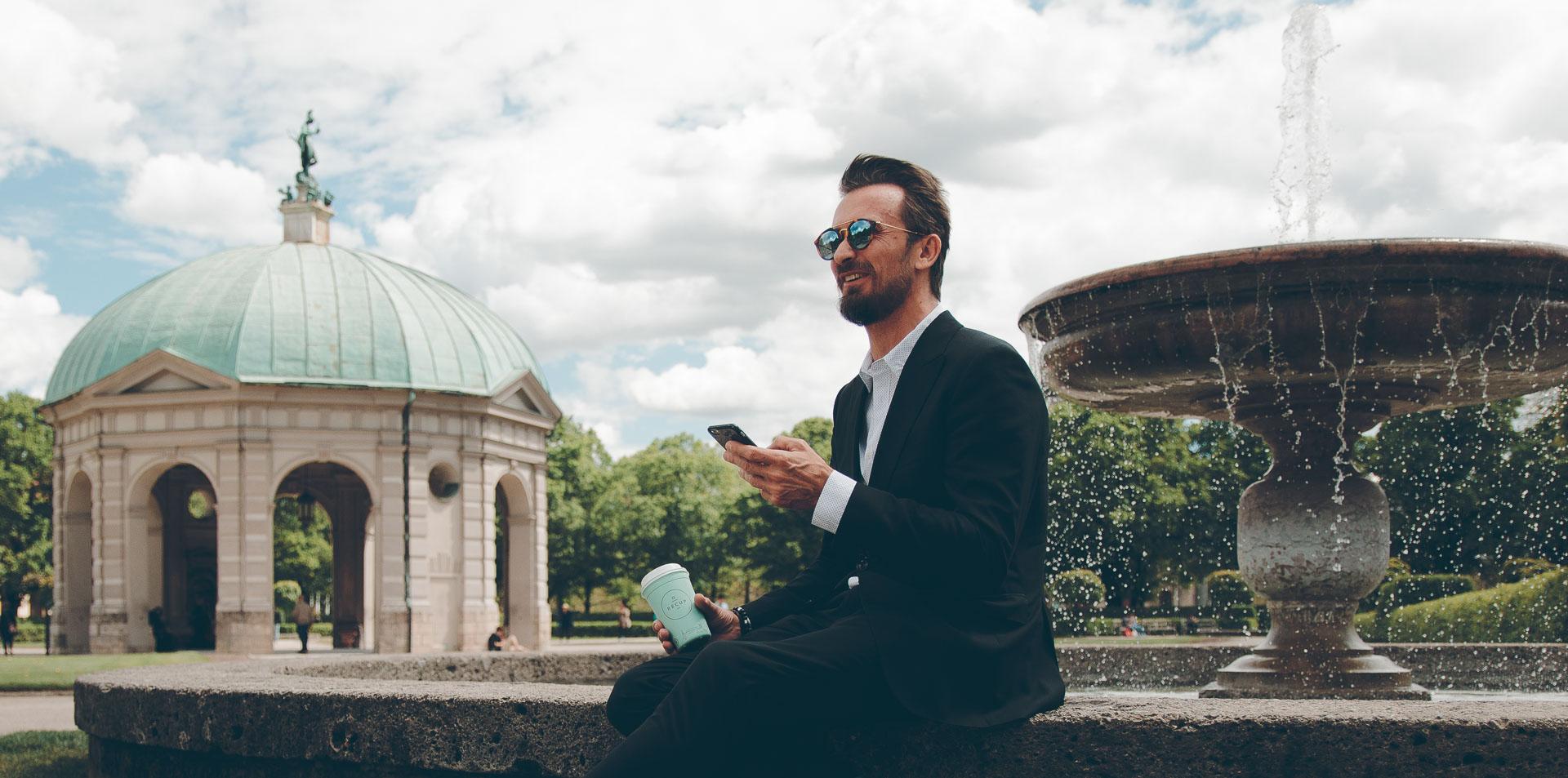 Social Media Foto von Bru mit einem Recup im Hofgarten München