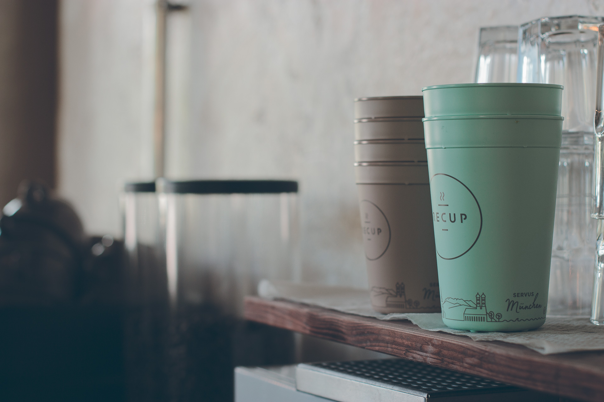 Produktfoto von zwei Stapeln Recup Becher in einem Café in München