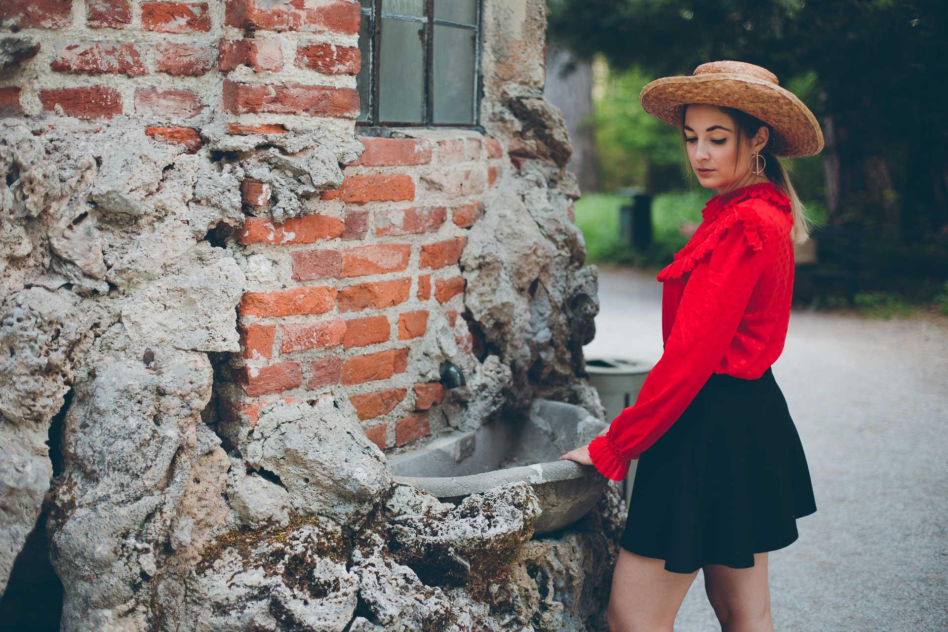Fashionfoto von fleurrly im Carmen-Stil: Leuchtend rote Bluse, schwarzer Rock und Hut