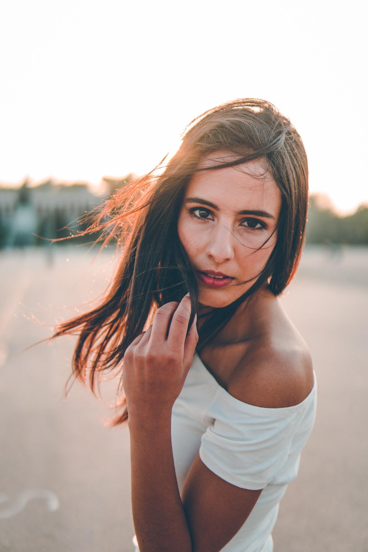 Model mit weißem Shirt vor Sonnenuntergang in München für Lifestyle Shooting