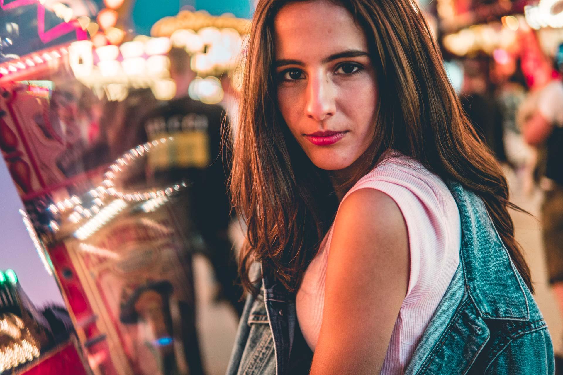 Closeup Portrait eines Models auf Volksfest in der Nacht