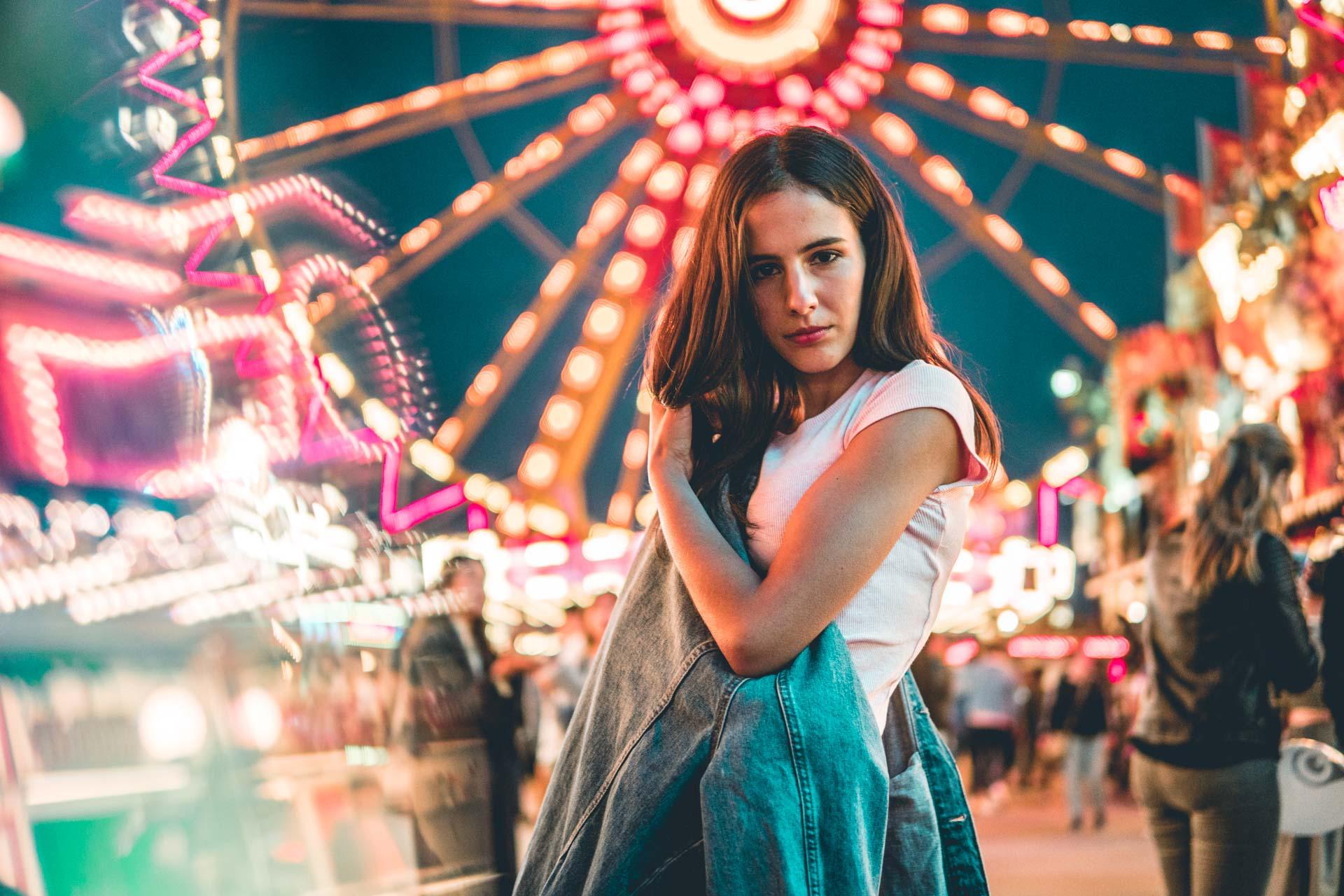 Model in Volksfest steht umgeben von Neon Farben für Lifestyle Shooting