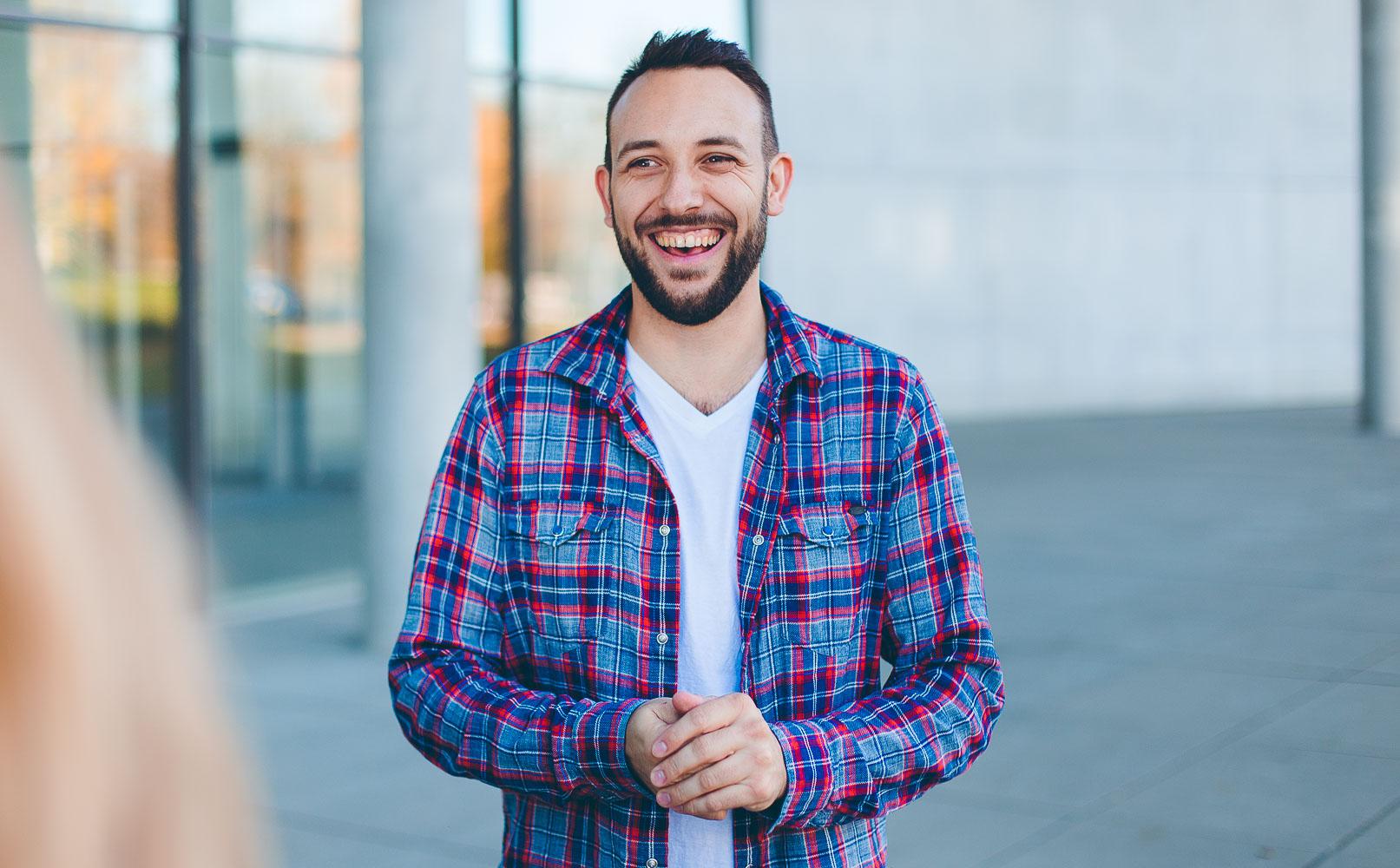 Lockere Businessportraits eines Startup Mitarbeiters