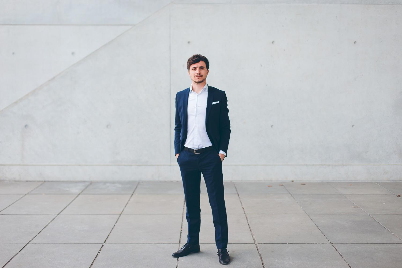 Junger Mann im Anzug beim Businessportrait-Shooting in München durch Scrowl