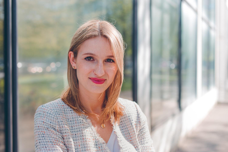 Ein professionelles, natürliches Bewerbungsbild einer jungen Dame von der Hochschule München