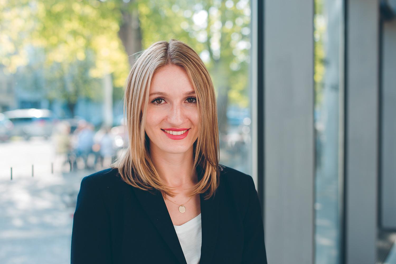 Natürliches Businessporträt einer jungen Frau von Scrowl München