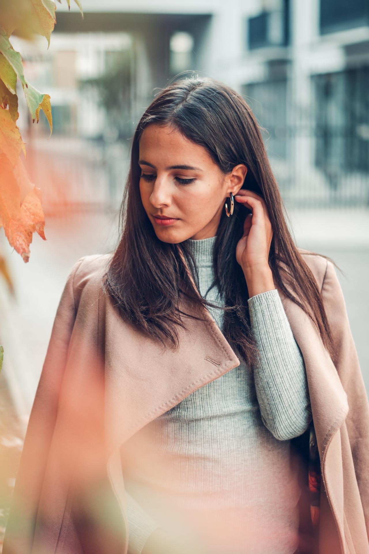 Portrait im Herbst in München von Bloggerin mit Trenchcoat