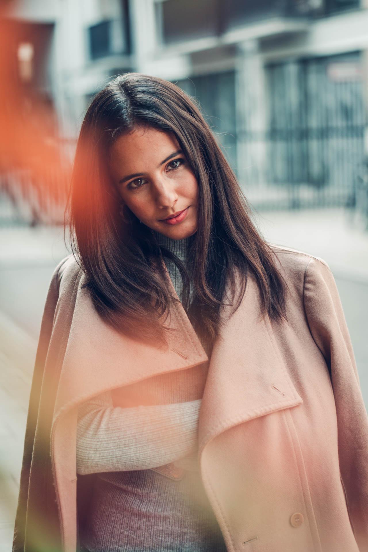 Portrait im Herbst in München von Bloggerin mit Herbstfarben